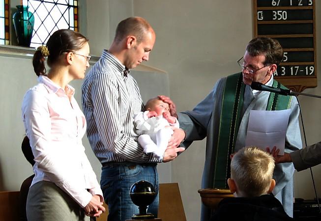 Uit de nevendienst mag het water in het doopvont schenken
